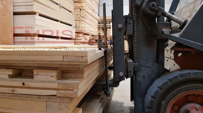 Contenedores guardamuebles desmontados manipulados con horquillas de 0,80 metros.